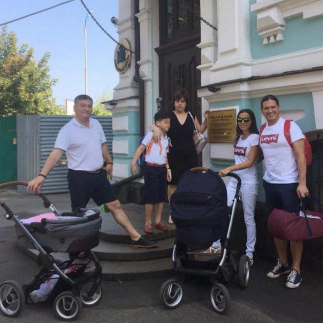 Varias de las familias que se encuentran en Kiev (Ucrania), a la...