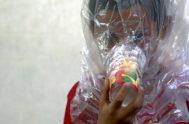 Un niño sirio se prueba una máscara de gas improvisada ante un posible ataque químico, en Idlib.