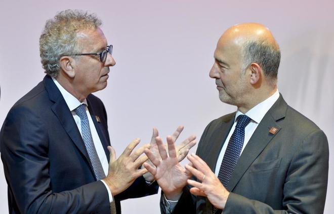 El ministro de Finanzas de Luxemburgo, Pierre Gramegna, conversa ayer con el comisario Pierre Moscovici tras el Eurogrupo de Viena.