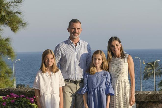 Los Reyes de España, con sus hijas Leonor y Sofía, posan ante los...