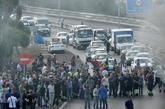 Trabajadores del astillero de Navantia en San Fernando (Cádiz) cortan...