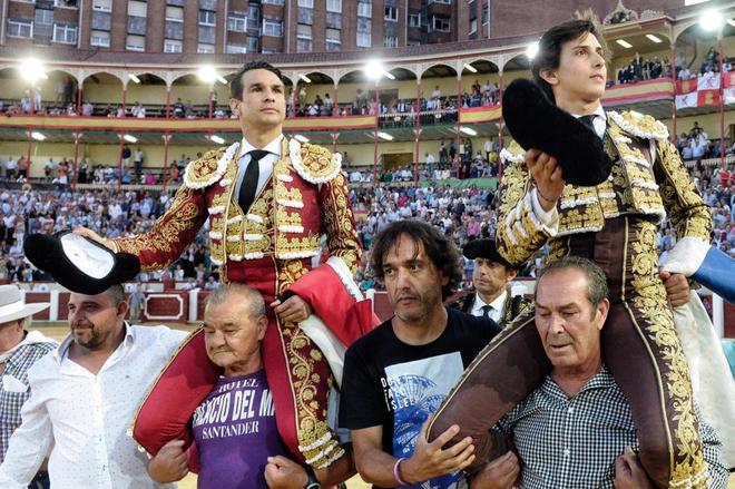 Roca Rey salió a hombros con Manzanares al finalizar el festejo en la plaza de toros de Valladolid
