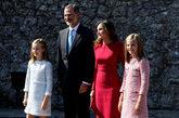 La familia real posa a las puertas del santuario de Covadonga.