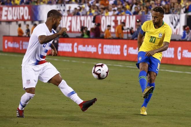 DeAndre Yedlin intenta frenar a Neymar, durante el partido.
