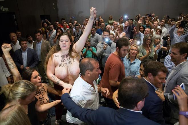 Activistas de Femen irrumpen en un acto de Albert Rivera en Málaga.
