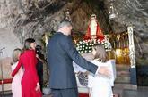 El Rey y la Reina abrazan a sus hijas ante la virgen de Covadonga.
