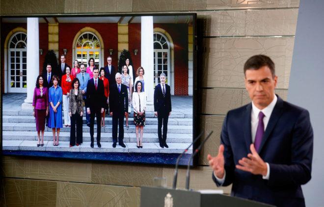El presidente del Gobierno, Pedro Sánchez, en una rueda de prensa el pasado 3 de agosto en Moncloa, junto a una imagen de su gabinete.