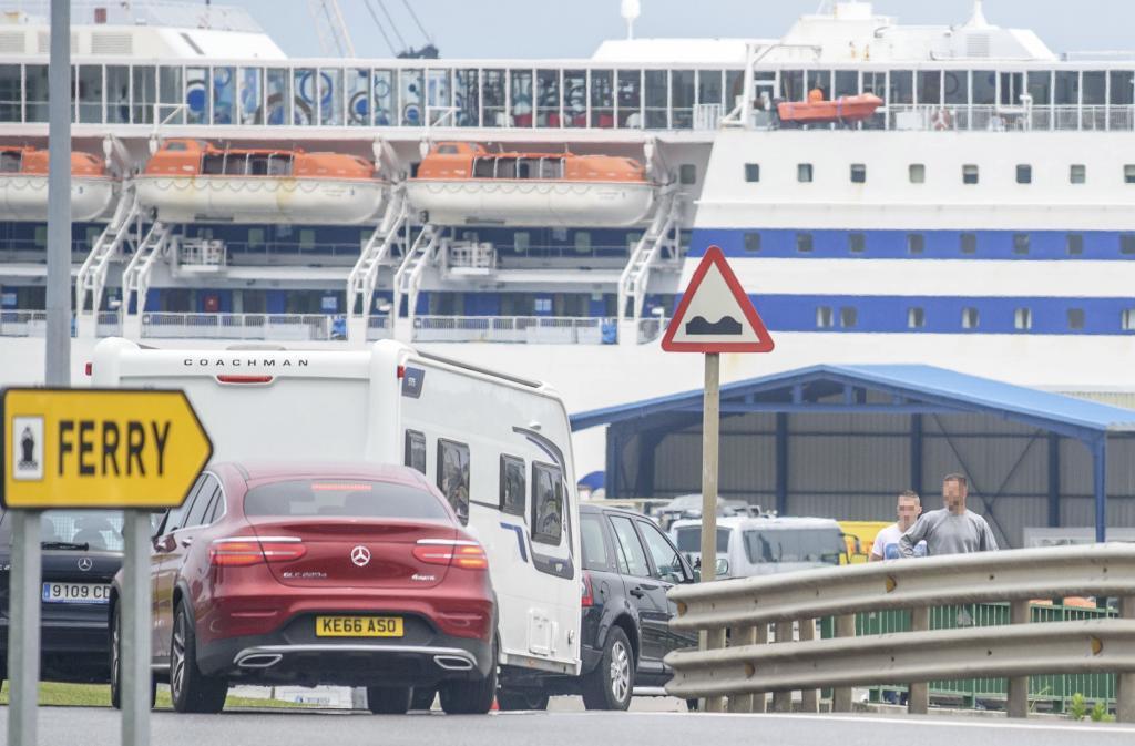 Varios vehículos y una autocaravana esperan en el acceso al ferry que une Bilbao con el Reino Unido.