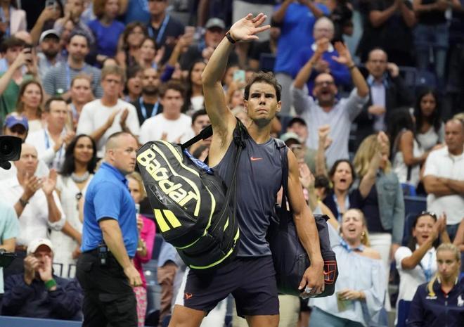 Rafael Nadal se despide del público tras retirarse ante Del Potro.
