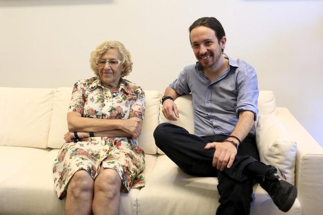 La alcaldesa de Madrid, Manuela Carmena, en una reunión con Pablo Iglesias en 2015.
