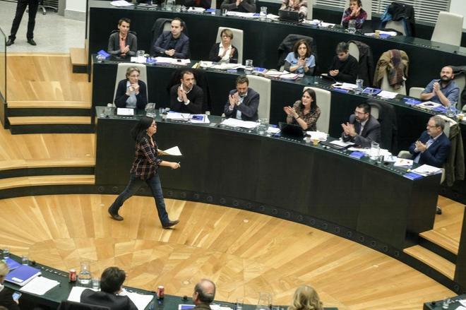 Rommy Arce, aplaudida por el grupo municipal de Ahora Madrid tras intervenir en un Pleno.