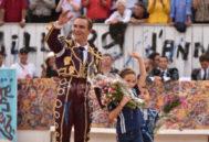 Bautista saluda con sus hijos en la decorada plaza de Arlés