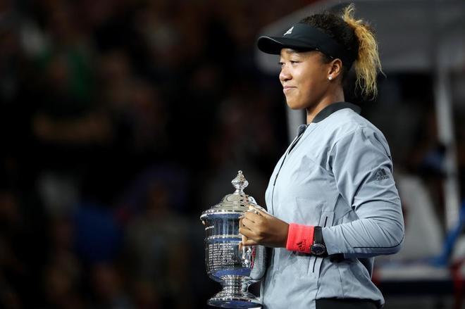 Naomi Osaka, con el trofeo del US Open conquistado ante Serena Williams.