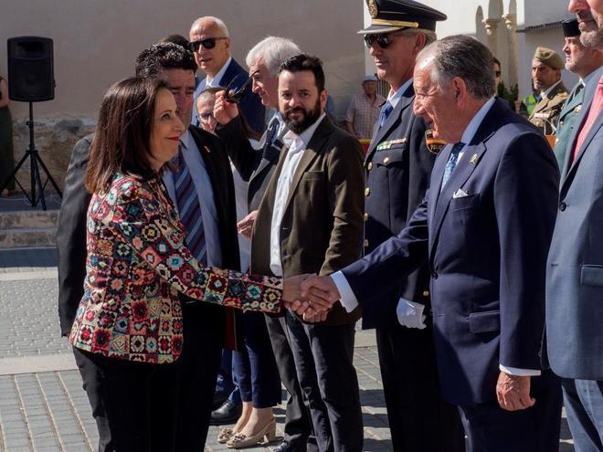 Margarita Robles saluda al secretario general del CNI, Félix Sanz, en...