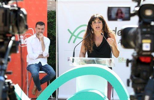Antonio Maíllo escucha a Teresa Rodríguez en la presentación de la confluencia con IU.