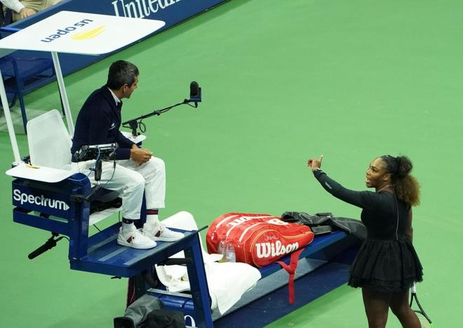 Serena Williams discute con el árbitro Carlos Ramos, durante la final.