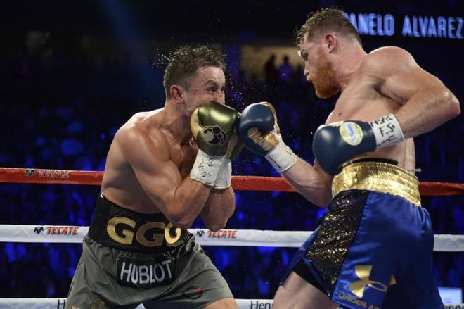 Golovkin (izda.) y Canelo Álvarez, durante un combate en Las Vegas en septiembre de 2017.