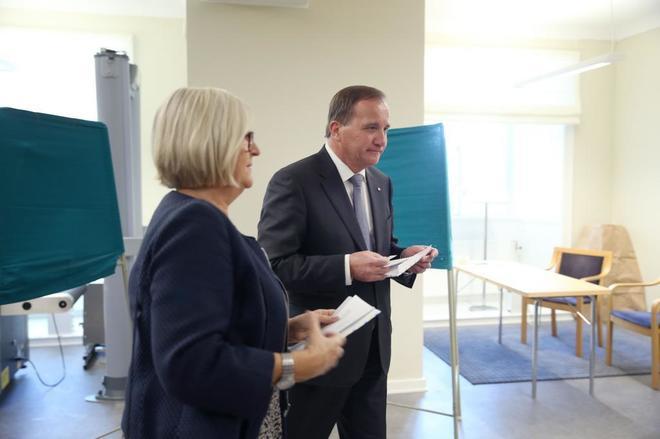 Stefan Lofven, líder del Partido Socialdemócrata Sueco, votando con su mujer.