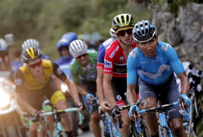 Nairo Quintana encabeza el grupo de favoritos durante una etapa de la Vuelta.