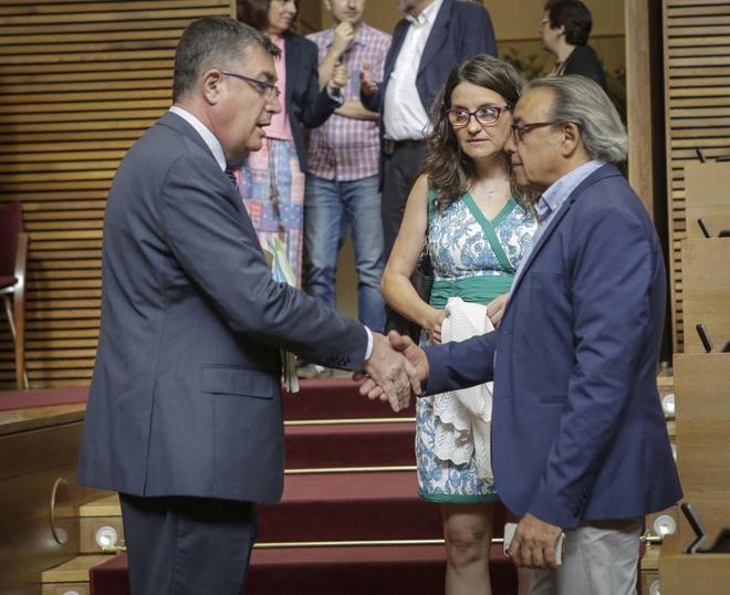 El presidente de las Cortes valencianas, Enric Morera, saluda al portavoz del PSPV, Manolo Mata, en presencia de la vicepresidenta del Consell Mónica Oltra.