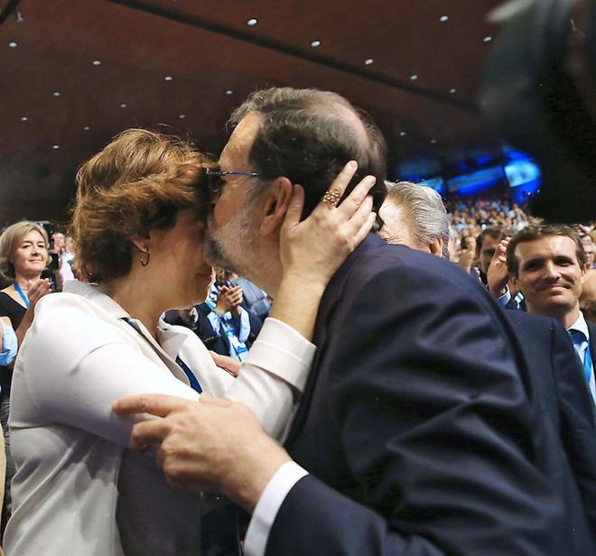Mariano Rajoy besa a Soraya Sáenz de Santamaría tras su...