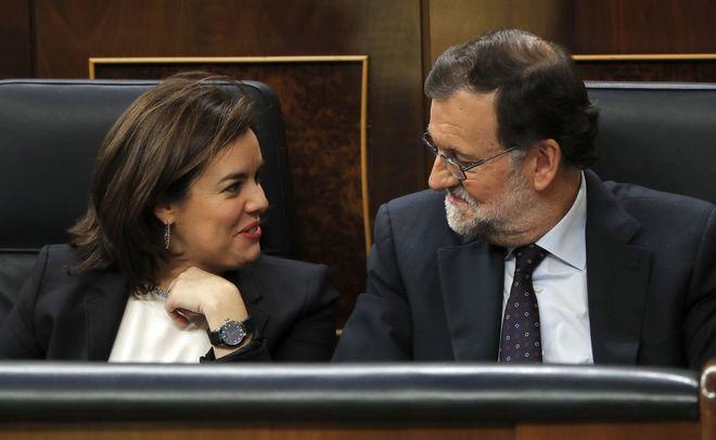 Soraya Sáenz de Santamaría junto a Mariano Rajoy en el Congreso de...