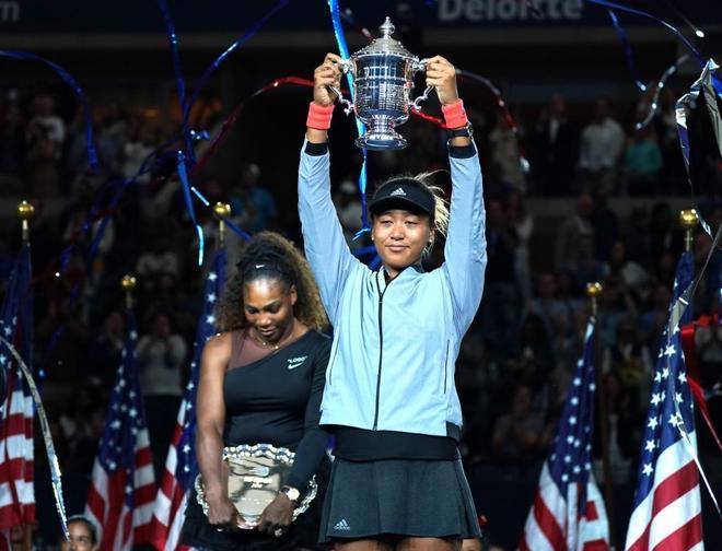 Naomi Osaka levanta el trofeo tras ganar a Serena Williams.