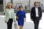 Fátima Báñez, Soraya Sáenz de Santamaría y José Luis Ayllón, el pasado jueves en el patio del Congreso.