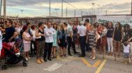 El equipo de gobierno se une a los padres y madres de los alumnos que se han concentrado esta mañana frente al centro.