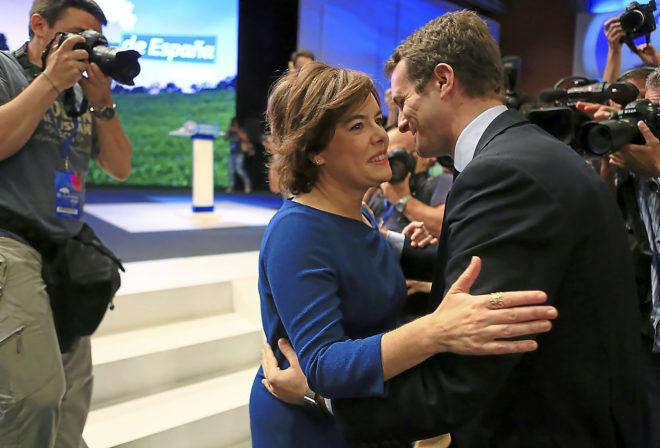Soraya Sáenz de Santamaría y Pablo Casado se saludan el pasado 21 de julio durante el congreso extraordinario del PP que eligió presidente al segundo.