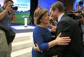 Soraya Sáenz de Santamaría y Pablo Casado se saludan el pasado 21 de...