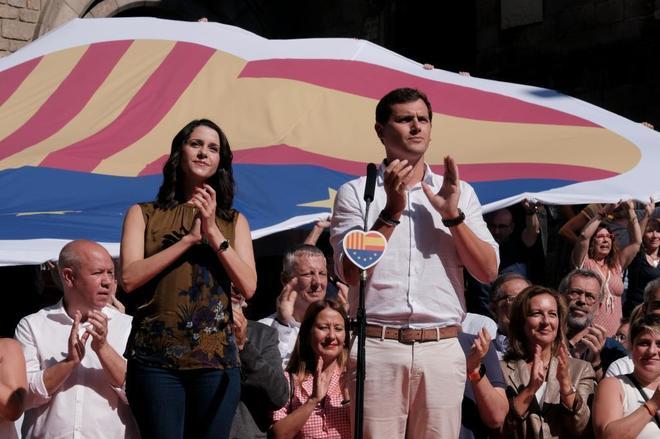Inés Arrimadas y Albert Rivera durante el acto de Ciudadanos en la plaza del Rey