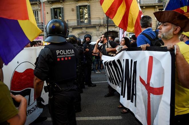 Manifestación y contramanifestación de ultraderechistas y antifascistas, con los Mossos en medio.