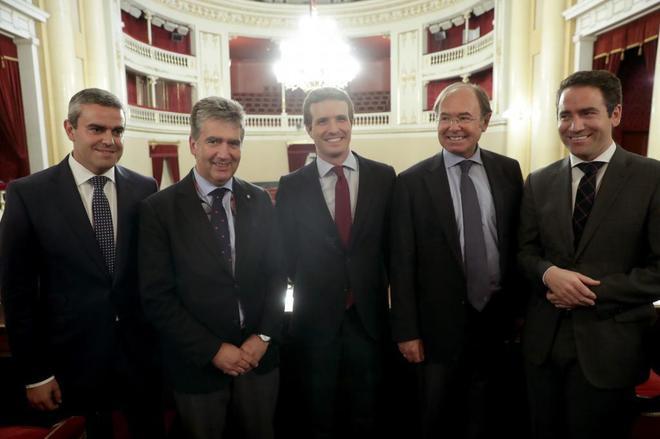 Pablo Casado, junto a Pío García Escudero, senadores y el secretario...