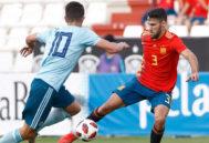 El lateral izquierdo, Pedraza, disputa un balón.