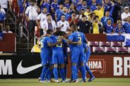 Jugadores Brasil celebran un gol a El Salvador.