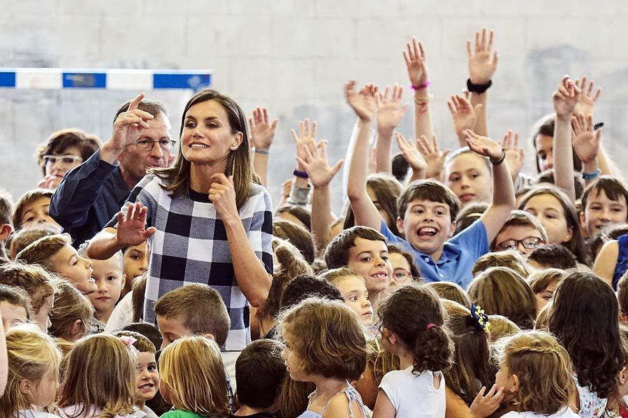 Los niños han recibido entusiasmados a la Reina y se han hecho una...
