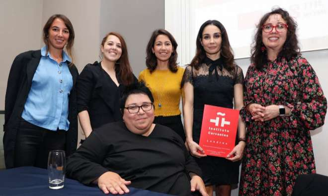 Tamara Rojo (segunda por la derecha) junto a un grupo de mujeres artistas españolas en el Kings College de Londres, en un acto del Instituto Cervantes.