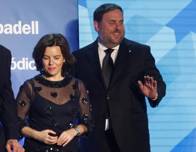 Soraya Sáenz de Santamaría y Oriol Junqueras durante los premios de...