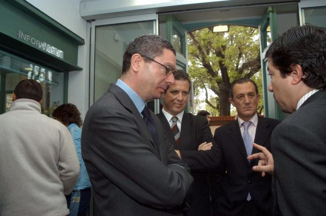 Alberto Ruiz-Gallardón, a la izquierda, y Fernando Autrán, segundo por la derecha, en 2011 en Madrid. EM