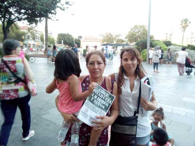 Juana Mendoza con una de sus hijas en una concentración de apoyo de la plataforma Stop Desahucios.