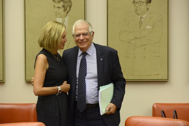 Josep Borrell saluda a la presidenta de la Comisión de Exteriores del...