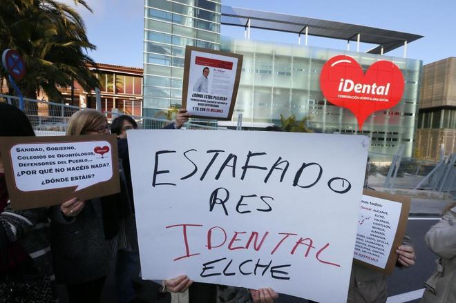 Manifestación de afectados de iDental en Elche, foto de archivo