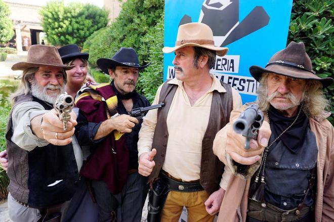 El actor, Tony Carre, junto a varios aficionados al western posan durante la presentación del festival.