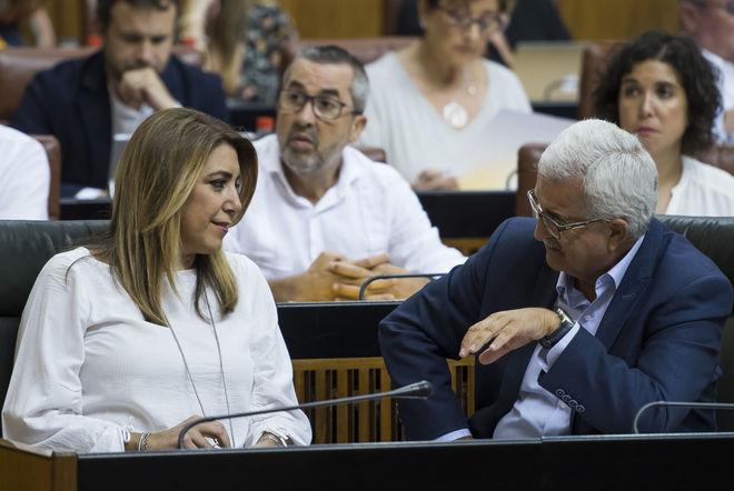 Susana Díaz conversa con su vicepresidente, Manuel Jiménez Barrios, durante el pleno de este jueves.
