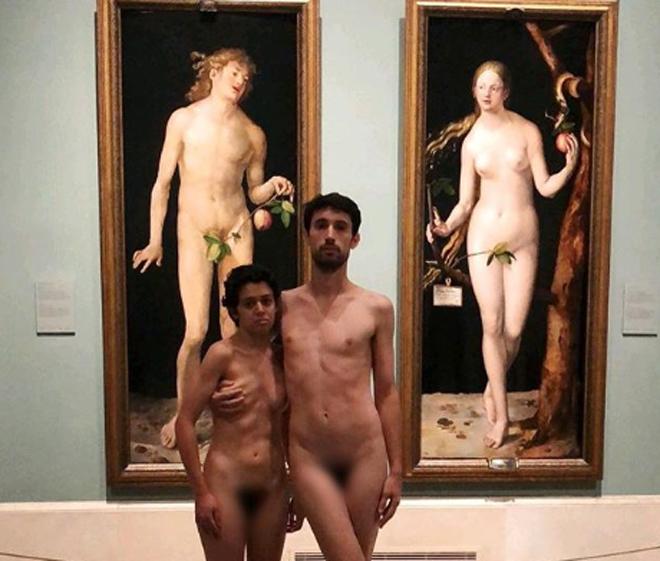 Una pareja se desnuda en el Museo del Prado frente a los cuadros de Adán y Eva