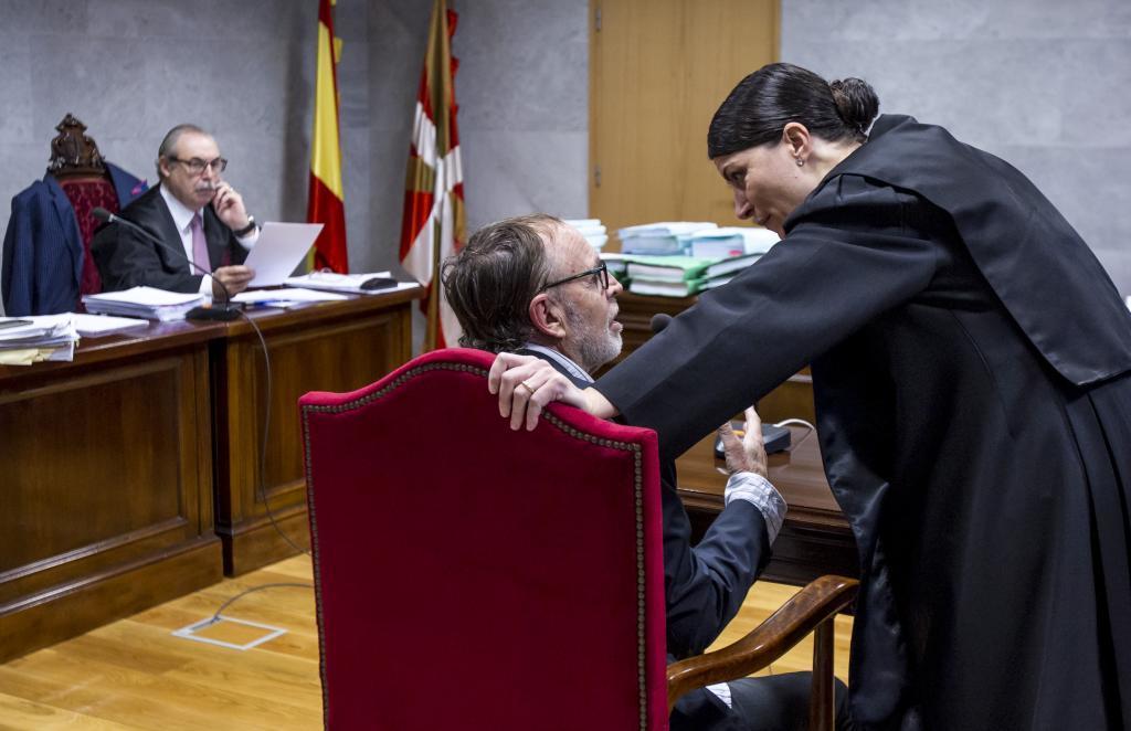 La entonces abogada del Estado Macarena Olona conversa con un testigo durante la vista oral del juicio mercantil celebrado en octubre de 2016 en Bilbao.