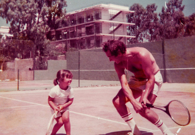 El doctor Rodríguez, enseñando a jugar a su hija Carla, durante el verano de 1980.