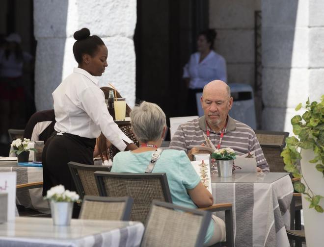 Una camarera atiende una terraza en Madrid.