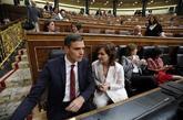 El presidente del Gobierno, Pedro Sánchez, charla con la...